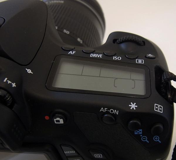 シャッターボタン付近にISO設定などを行う液晶が搭載されています。