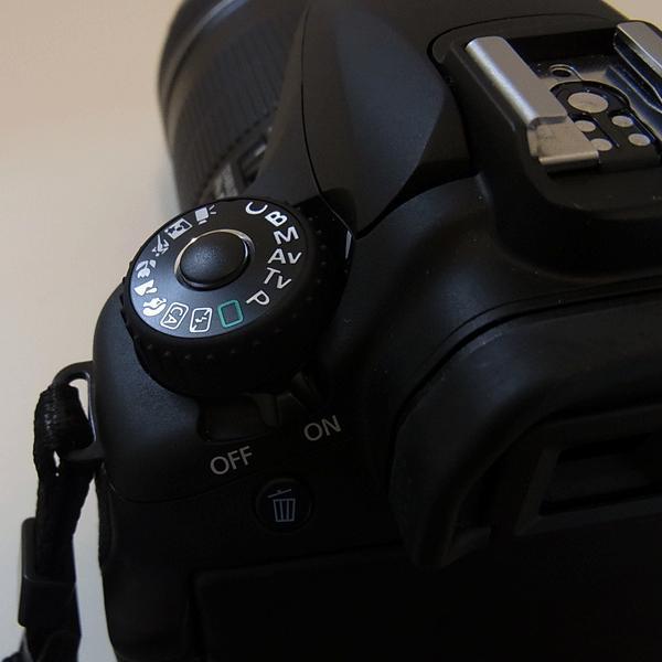 左側に撮影モードを選択するダイヤルがついています。