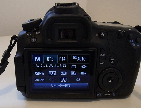 液晶で撮影をした画像の編集や絞りやシャッター速度の設定等ができます。