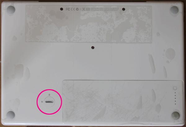 Macbookの裏側にバッテリーのロックを解除するストッパーがついています。