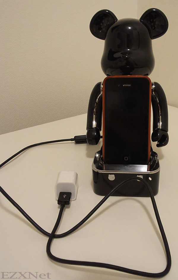 USBケーブルで接続をしました。iPhoneの純正の充電器と接続して使用できます。
