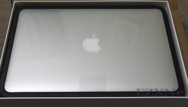 箱を開けました。 MacbookAirの本体が見えました。