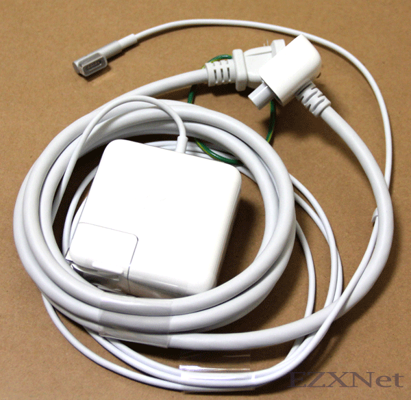 電源ケーブルとアダプタ 他にMacbook Proを持っていますが、その電源アダプタより一回り小さいです。