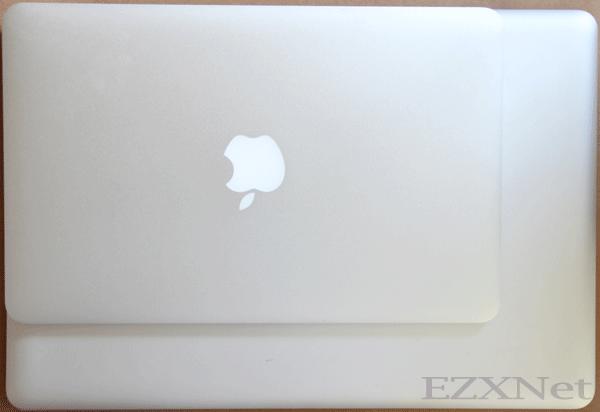 今年の始めに購入したMacbookProと重ねてみました。大きさが違いが写真では伝わりづらいかもしれませんが本当に持ち運びしやすいです。