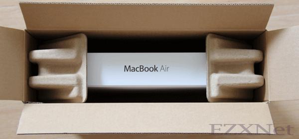 外箱を開けました。MacbookAirの化粧箱が見えます。