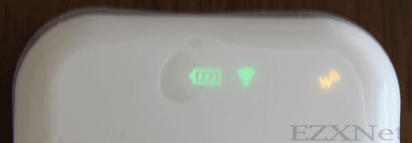電池パックを装着して電源を入れます。電源を入れると本体のランプの状態が以下のようになっていればスタンバイオッケーです。(一番右のランプが赤だと圏外の状態を示していますので窓際などにおいて様子をみる必要があります。)