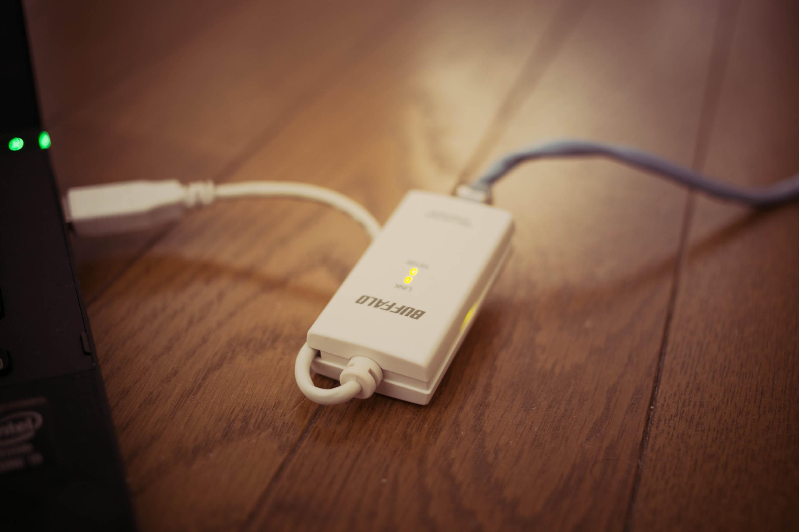LANケーブルをUSBに変換するアダプターを接続して有線で利用できます