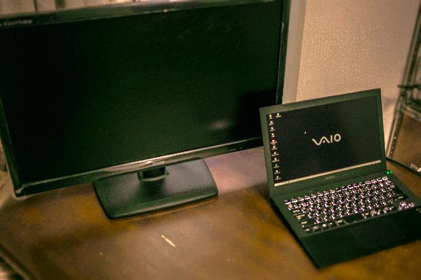 自宅で使う時はHDMIケーブルを用意してデュアルディスプレイで使います。